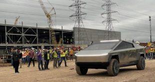 Илон Маск приехал на завод Tesla на пикапе Cybertruck. Очевидцы сделали много фотографий